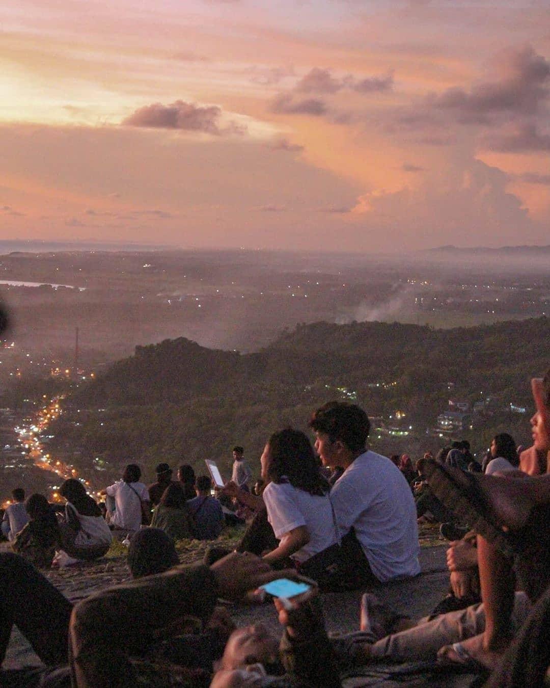 Senja Yang Indah Di Bukit Paralayang - kotajogja.com